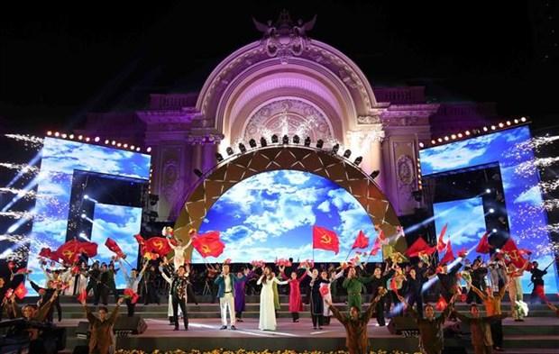 胡志明市举行特别文艺晚会 庆祝越南共产党成立90周年 hinh anh 1