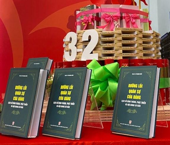 越南共产党建党90周年:《党的军事路线——形成与发展历程及基本内容》问世 hinh anh 1