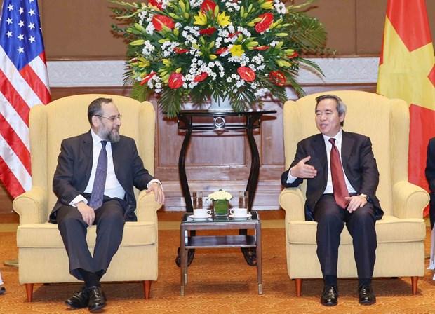 越共中央经济部部长阮文平会见美国财政部部长代助理米歇尔·西尔克 hinh anh 1