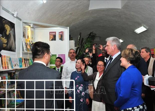 哈瓦那国际书展:古巴国务委员会主席迪亚斯·卡内尔出席越南展区开张仪式并剪彩 hinh anh 1