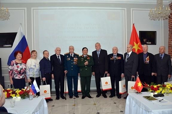 越南国防部部长吴春历会见俄罗斯退伍军人代表团 hinh anh 1