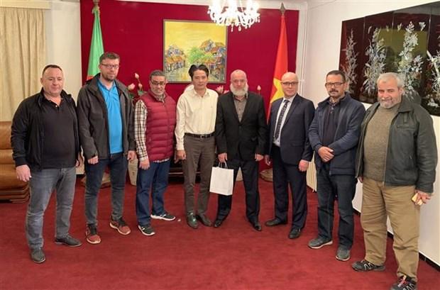 越南驻阿尔及利亚大使会见越南传统武术门派联合会代表 hinh anh 1
