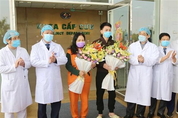 新冠肺炎疫情:越南中央热带疾病医院新增两名治愈患者出院 hinh anh 1