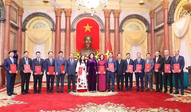 14名外交干部被授予和晋升大使衔级 hinh anh 1