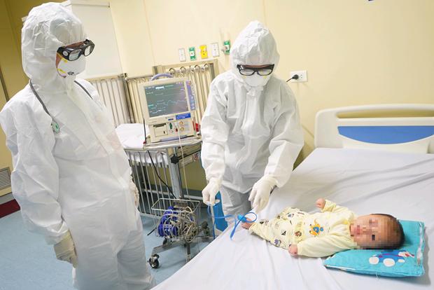 新冠肺炎疫情:三个月大的宝宝已治愈出院 hinh anh 1
