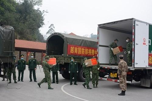 越南国防部向中国国防部赠送防控新冠肺炎疫情的医疗物资 hinh anh 2