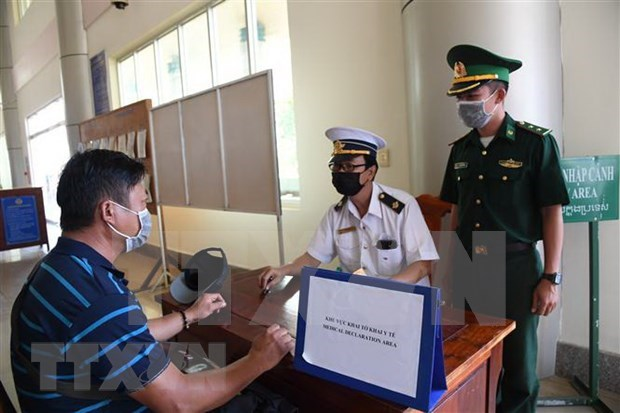 新冠肺炎疫情:派遣英语、汉语、韩语翻译人员 协助口岸卫生检疫工作 hinh anh 1