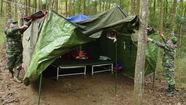 奋战在新冠肺炎防控一线的越南边防部队:官兵住帐篷、躺森林防止新冠肺炎疫情入侵(第一期) hinh anh 3