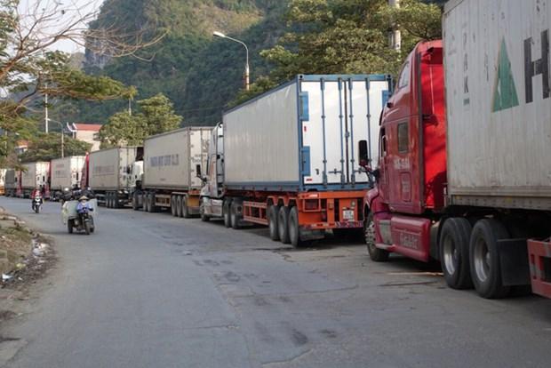 越南北部边境口岸等待通关货运车辆依然较多 hinh anh 1