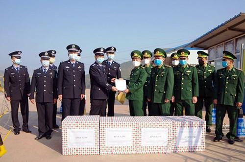 奠边省向中国戍边力量赠送一万副口罩 hinh anh 1
