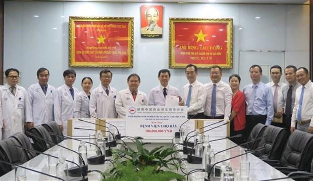 中国驻胡志明市总领事探访大水镬医院 hinh anh 1