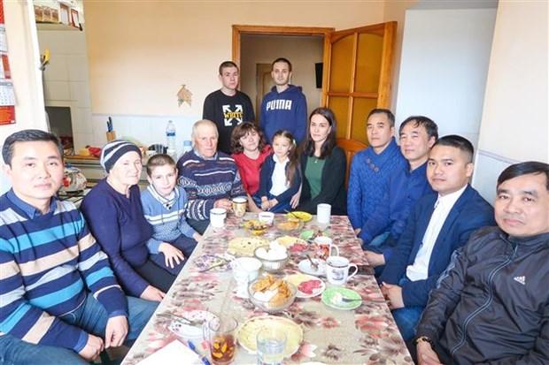 乌克兰报刊纷纷报道旅敖德萨越南人为火灾灾民捐款援助活动 hinh anh 1