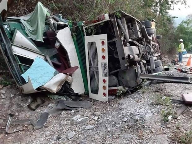 老挝客车侧翻事故:2名越南人遇难 其他4人受伤 hinh anh 1