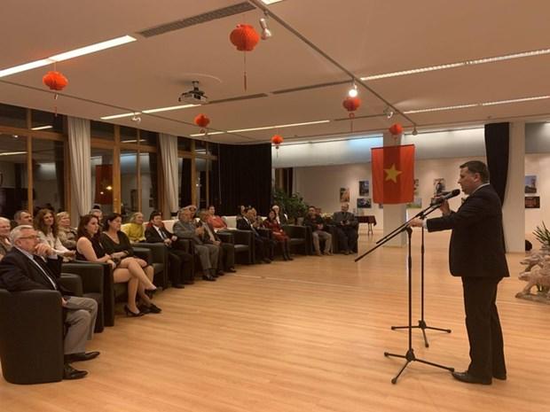 越南风土人情图片展和越南文化展示空间活动在匈牙利正式开幕 hinh anh 2