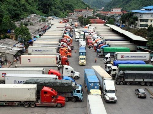谅山省新清口岸滞留货物车辆为200辆 hinh anh 1