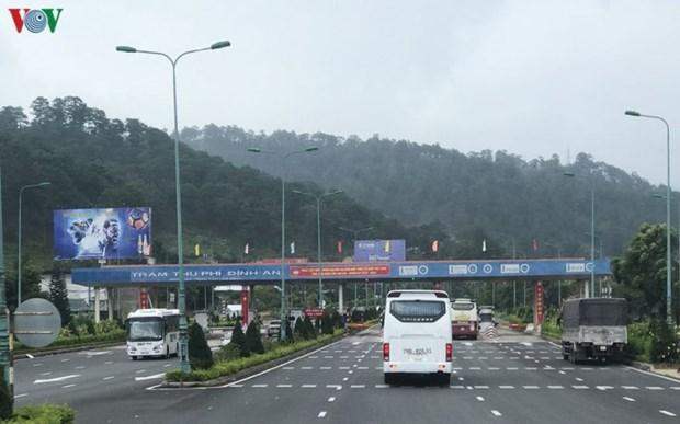 政府总理阮春福:力争在2020年完成BOT交通项目的电子不停车收费系统 hinh anh 1
