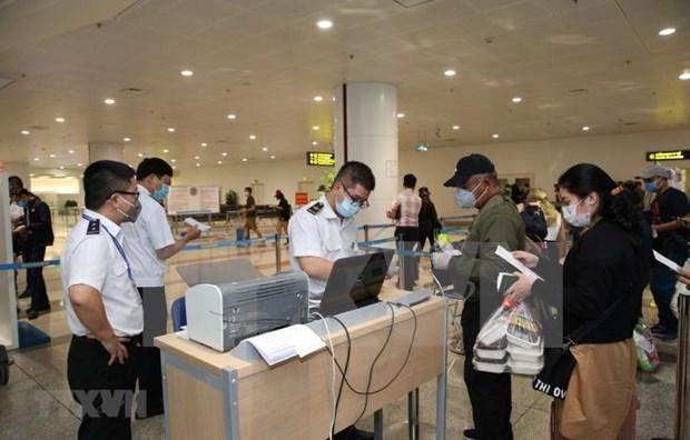 新冠肺炎疫情:越南在各机场进行取样检测 hinh anh 1