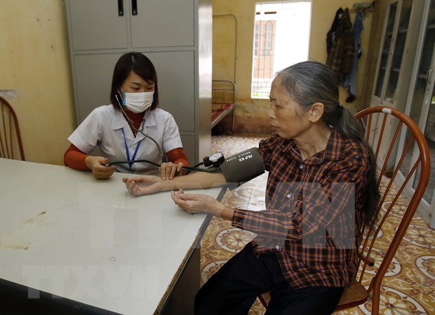 新冠肺炎疫情:密切关注老年人健康状况 hinh anh 1