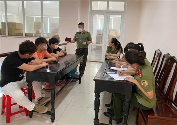 新冠肺炎疫情: 4名中国公民因违反出入境规定被驱逐出境 hinh anh 1