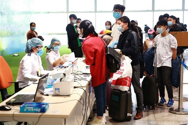 新冠肺炎疫情:越南外交部发言人就调整入境规定答记者问 hinh anh 2