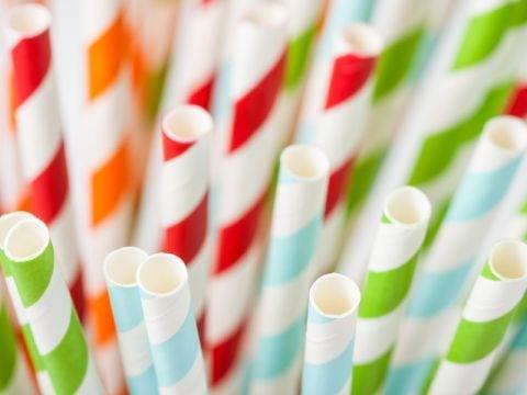 雀巢(越南)投入使用替代一次性塑料吸管的纸吸管 hinh anh 1