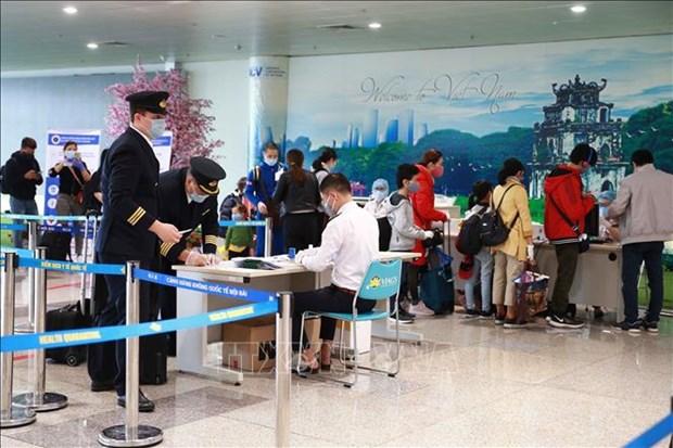新冠肺炎疫情:乘坐国内航班的旅客在启程之前必须进行健康申报 hinh anh 1
