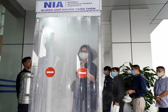 新冠肺炎疫情:内排机场技术服务中心成功研制人员消毒通道 hinh anh 1