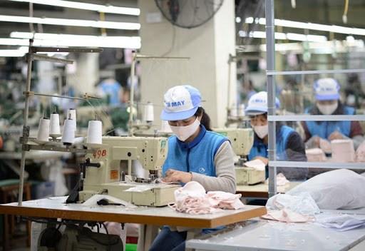 新冠肺炎疫情:冬春纺织公司设定日均口罩生产量6万只的目标 hinh anh 1