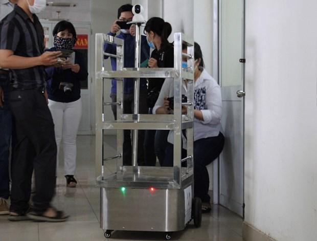 新冠肺炎疫情:岘港市百科大学成功研发出防疫机器人 hinh anh 1