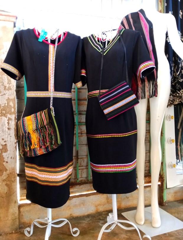 把埃德族同胞的传统土锦图案绣到现代服装上 hinh anh 1
