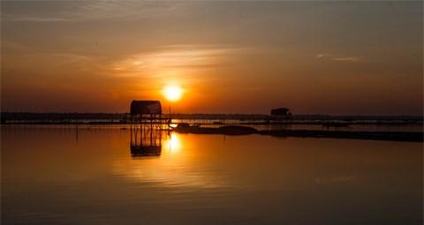 沉浸在三江泻湖黎明的美丽中 了解渔民的生活 hinh anh 1
