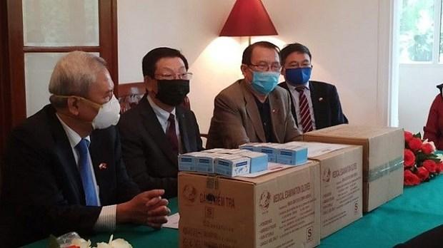 新冠肺炎疫情:旅居波兰越南人向波兰医疗机构捐赠医护物资 hinh anh 1