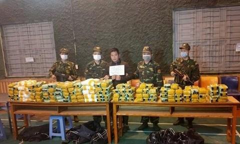 越南警方破获一起特大跨境毒品案 缴获合成毒品近450公斤 hinh anh 1