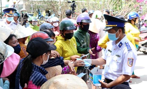 越南海警察司令部向朔庄省干旱和海水入侵灾民捐赠生活用水和医用口罩 hinh anh 1