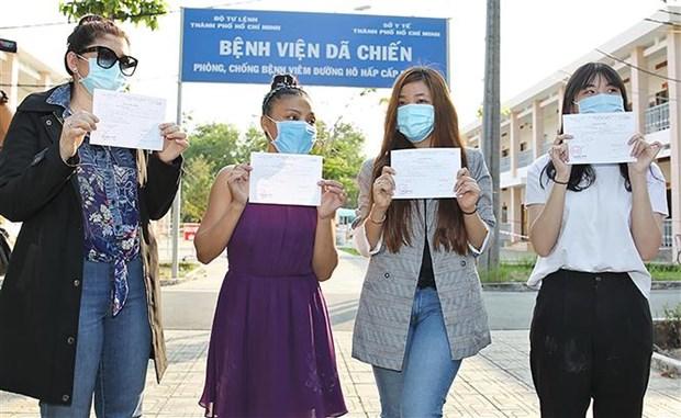 新冠肺炎疫情:在胡志明市治疗的4名新冠肺炎患者治愈出院 hinh anh 1