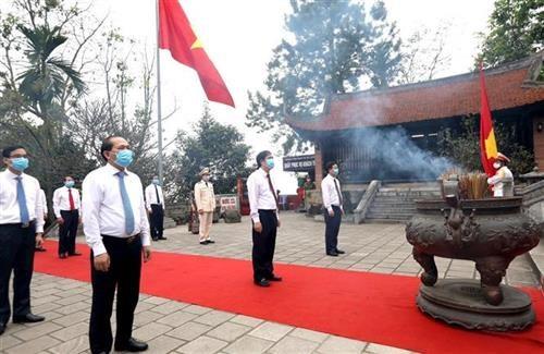 国祖雒龙君忌日祭拜仪式和国母瓯姬上香仪式在富寿省举行 hinh anh 1