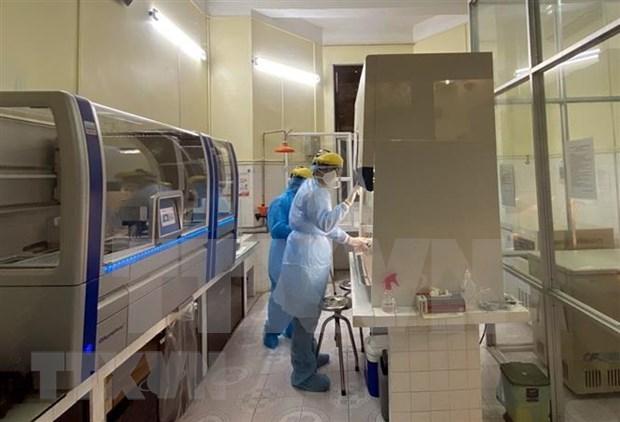 新冠肺炎疫情:和平省SARS-CoV-2病毒筛查和检测设备系统投入使用 hinh anh 1