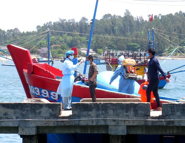 在黄沙海域遇险的4名渔民安全上岸 hinh anh 1