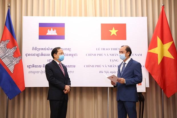 越南捐赠老挝和柬埔寨医疗设备及物资 越航将其运送到老柬两国 hinh anh 1
