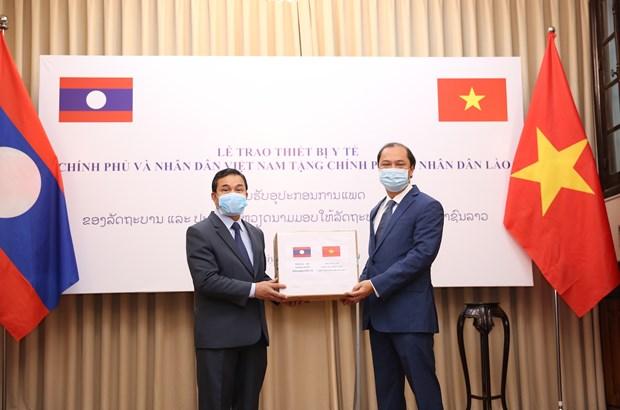 越南捐赠老挝和柬埔寨医疗设备及物资 越航将其运送到老柬两国 hinh anh 2