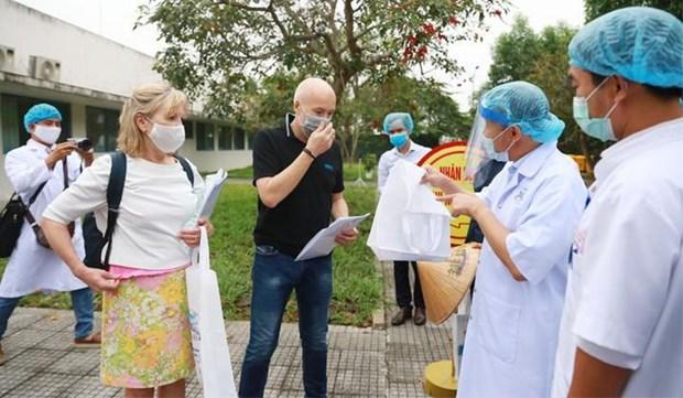 新冠肺炎疫情:正在承天顺化省治疗的两名英国患者痊愈 hinh anh 1