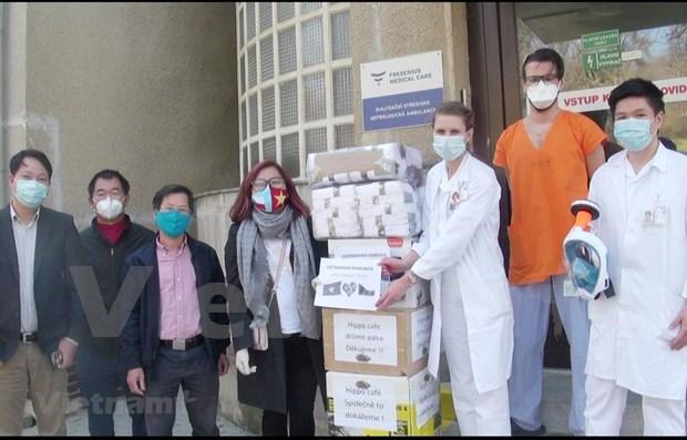 旅德和旅捷越南人同驻在国人民和政府携手努力应对疫情 hinh anh 3