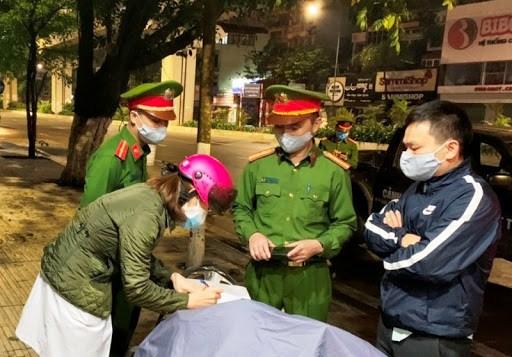 政府总理:继续从严处罚有关新冠肺炎疫情防控工作中的各项违法行为 hinh anh 1