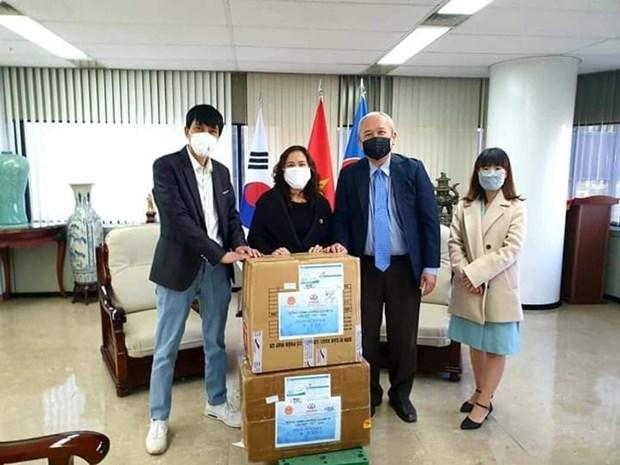 越韩企业家为旅韩越南人捐赠口罩 hinh anh 1