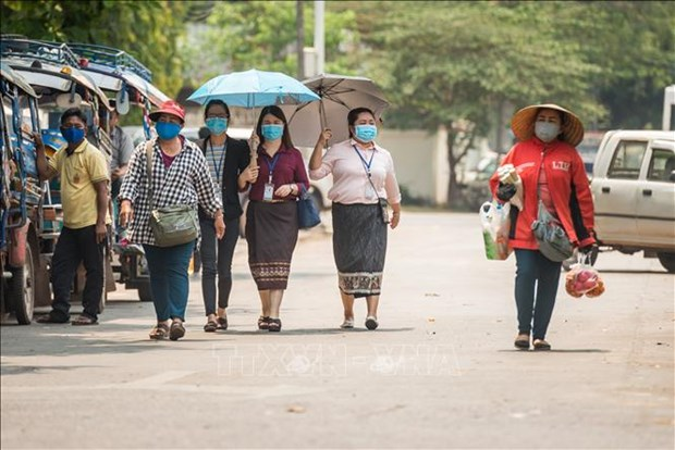 越南人民公安越老友好协会向老方捐赠口罩和现金援助疫情防控 hinh anh 1