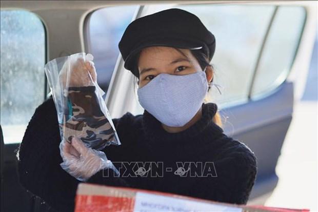 新冠肺炎疫情:疫情中越南人发放爱心口罩为俄罗斯人送温暖 hinh anh 1