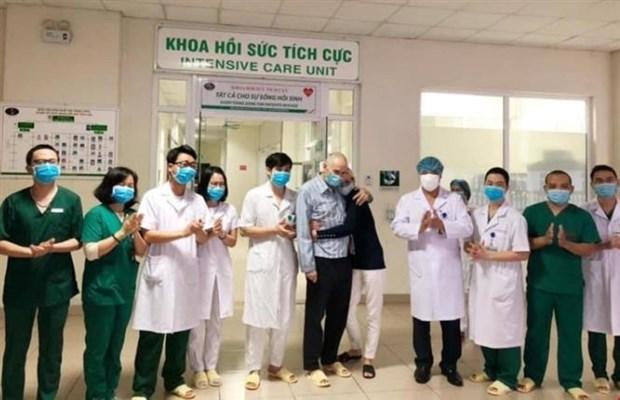 74岁英国患者夜间出院赶上回国飞机 妻子对越南医生感激不已 hinh anh 1