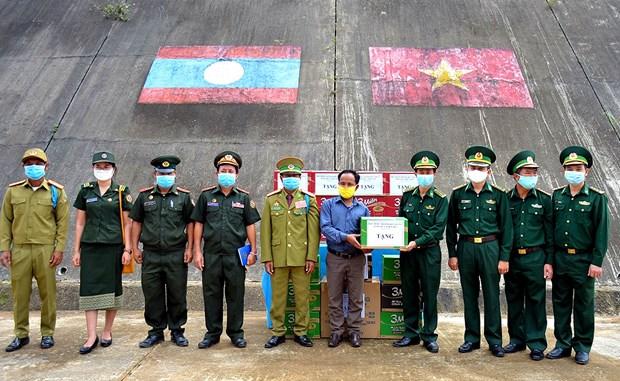 承天顺化省边防部队与老挝边境省人民和武装力量进行友好交流 hinh anh 1