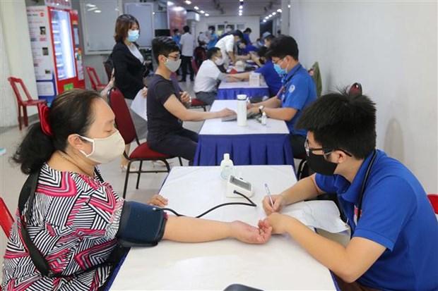 胡志明市近2000名青年和工人参加无偿献血活动 hinh anh 1