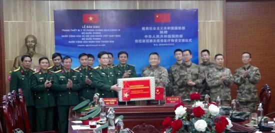 越南国防部向部分国家军队捐赠总值为近190亿越盾的医疗物资援 hinh anh 1